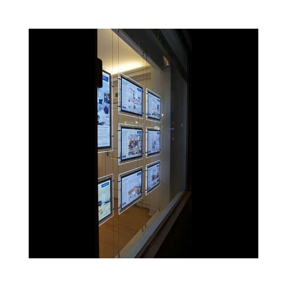 Plexi plakatholder med led-lys i bruk i vindu