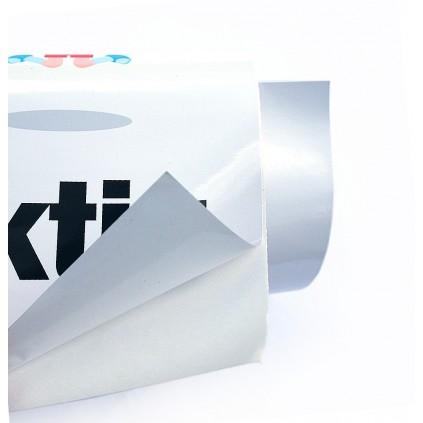 Trykk av plakat på selvklebende folie