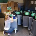 Helen i Skiltdisplay monterer logoer
