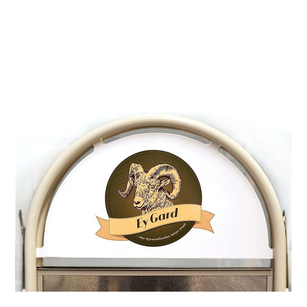 Gatebukk med buet topp med logo montert
