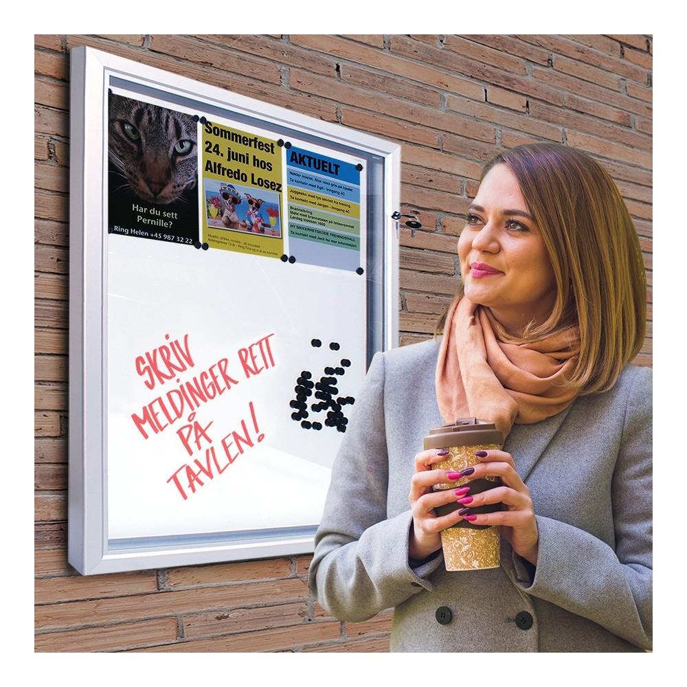 Låsbar oppslagstavle for utebruk med whiteboard og magnet