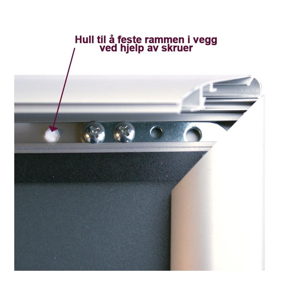 Plakatramme beregnet til utebruk har hull under klikklisten, slik at den kan skrus enkelt opp på vegg