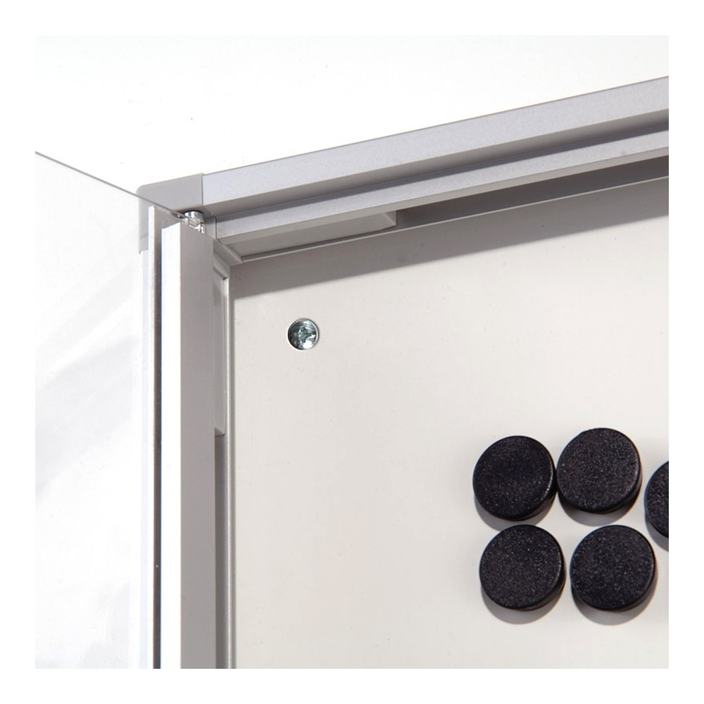 Magnetisk oppslagstavle for innebruk har magnetisk bakside for å kunne feste magneter