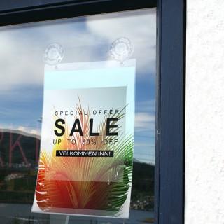 Bruk Sugekopp med hull i kombinasjon med S-krok og plakatlomme med hull,  for å henge opp plakater på vindu.