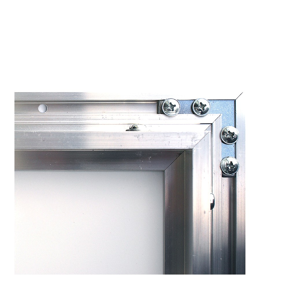 Oppslagstavlen har ferdig borret 2 hull på to sider in rammen, for montering. Dette blir skjult når døren er lukket.