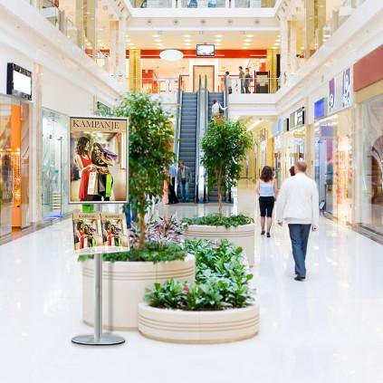 Reklamestativ med brosjyreholder i bruk i shopping senter