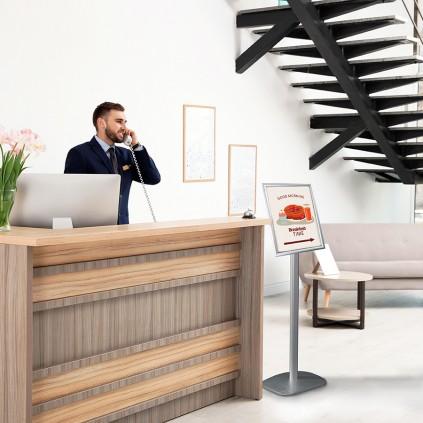 Plakatstativ med vendbar topp er perfekt til bruk som veiviser, i lobby, ved seminar og i resepsjoner.