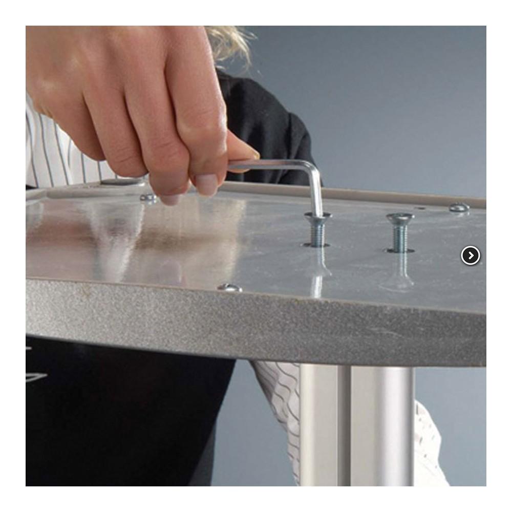 Basen på brosjyrestativet festes enkelt ved hjelp av medfølgende skruer.
