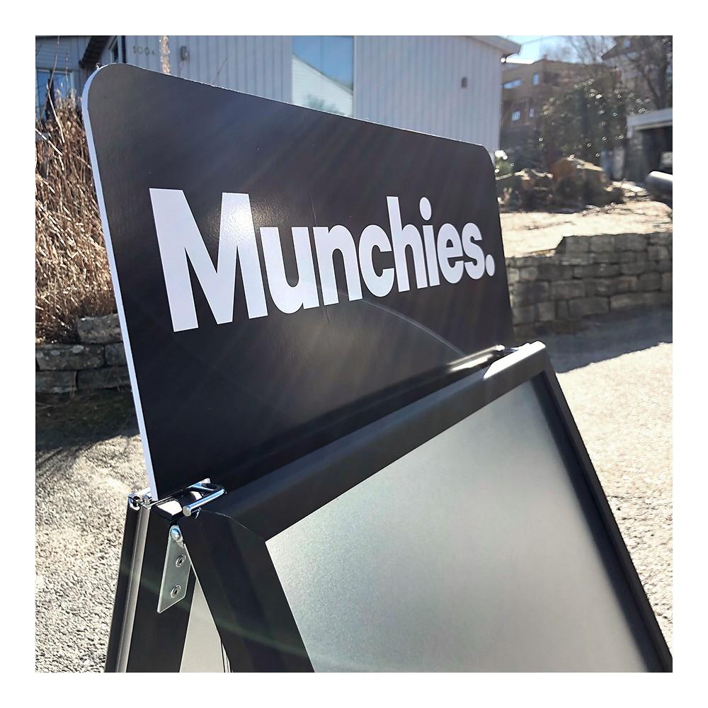 Logoplate med holder laget for Munchies. Logoplaten perfekt til de billige gatebukkene våre, både den sorte og den i aluminium.