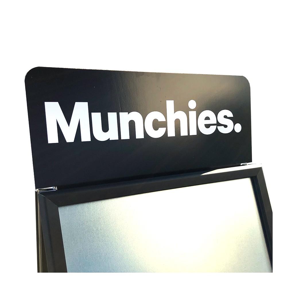Logoplate med holder, her er det satt på sort folie med hvit logo