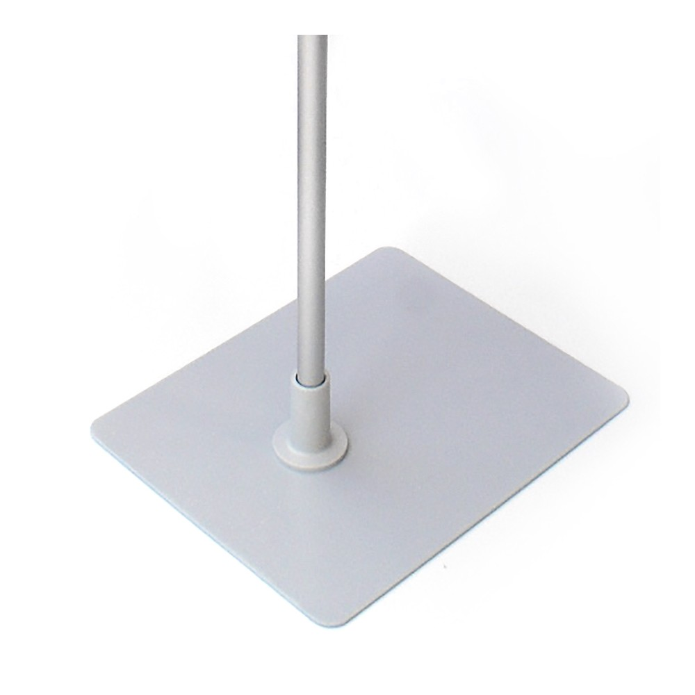 Metallfoten er grå, slik at den passer til ramme og stang.