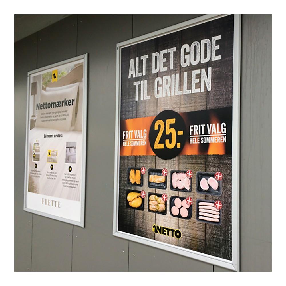 Kraftig plakatramme i bruk til store plakater