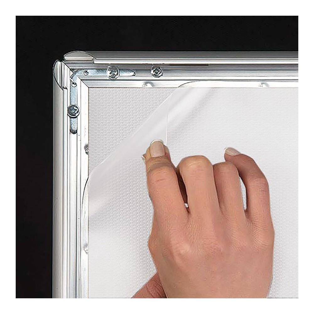 Rammene kommer inklusiv plast i front, og har klikklister som gjør det svært enkelt å skifte plakat.