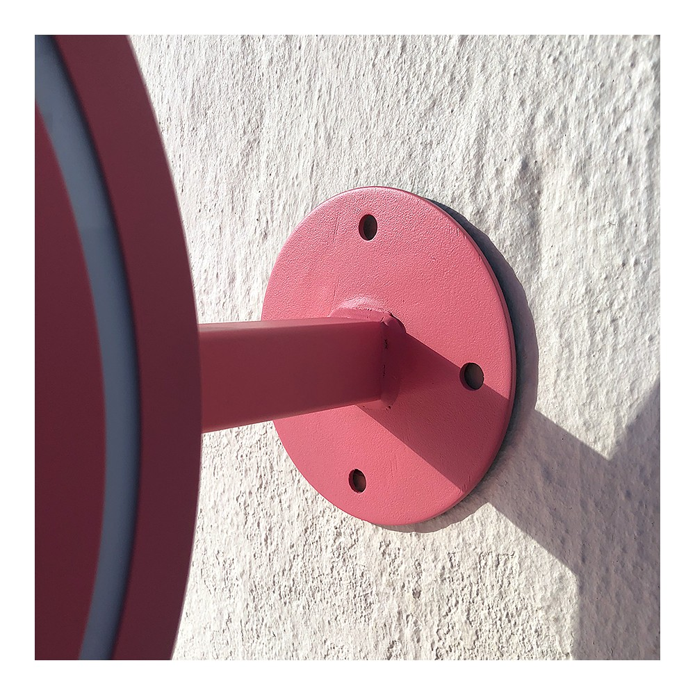 Det runde lyskiltet har solid feste i stål, til vegg
